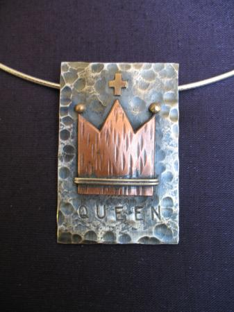 Queen pendnt/brooch